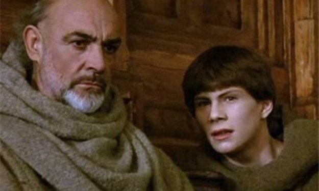 Sean Connery ako mních William a Christian Slater ako jeho novic Adson vo filme Meno ruže.