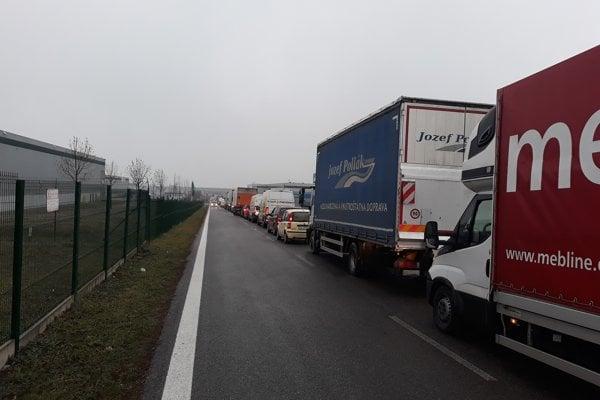 Z logistického centra pri Senci cesta trvala aj päť hodín.