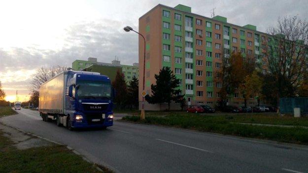 Po uliciach na periférii Linčianskej denne prejdú stovky kamiónov.