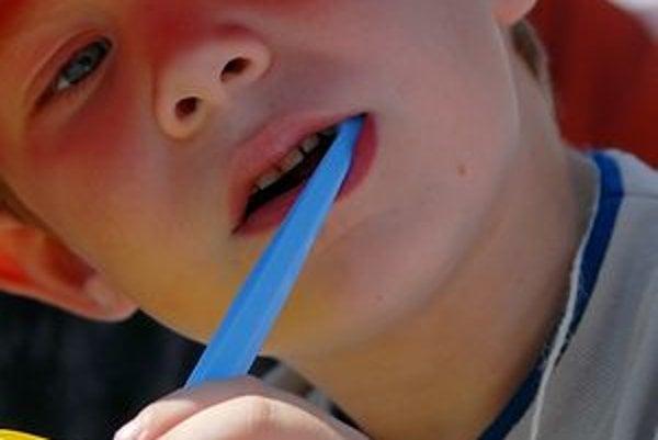 Správne čistenie chrupu by sa mali deti učiť odmalička.