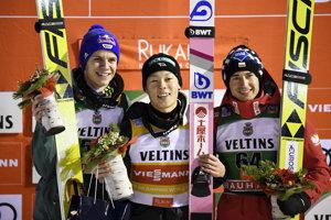 Víťaz Rjoju Kobajaši (uprostred), druhý Nemec Andreas Wellinger, tretí Poliak Kamil Stoch.