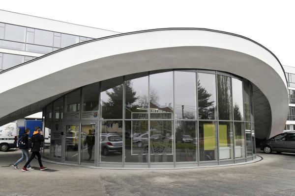 Stredná priemyselná škola (SPŠ) stavebná Emila Belluša v Trenčíne oslávila tento rok 58. výročie svojho vzniku. Poskytuje vzdelanie v troch študijných a troch učebných odboroch. Vychovala viac ako 6000 absolventov a najmä v posledných rokoch prežila niekoľko zmien názvov. K historickému názvu SPŠ stavebná E. Belluša sa vrátila v septembri tohto roku. Zriaďovateľom školy je Trenčiansky samosprávny kraj.