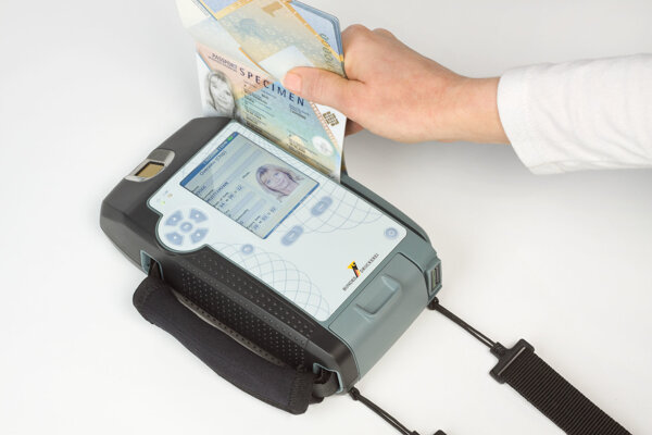 RKN Global Europe má v Banskej Bystrice okrem dokladov a kariet vyrábať aj zariadenia na verifikáciu ich pravosti. Na ilustračnej fotke zariadenie Visotec Mobile 100 navrhnuté nemeckou štátnou tlačiarňou cenín, cez ktoré sa overuje pravosť biometrických cestovných pasov.