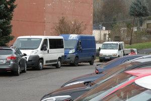 Dodávky často zaberajú na sídliskách miesta pre osobné autá.
