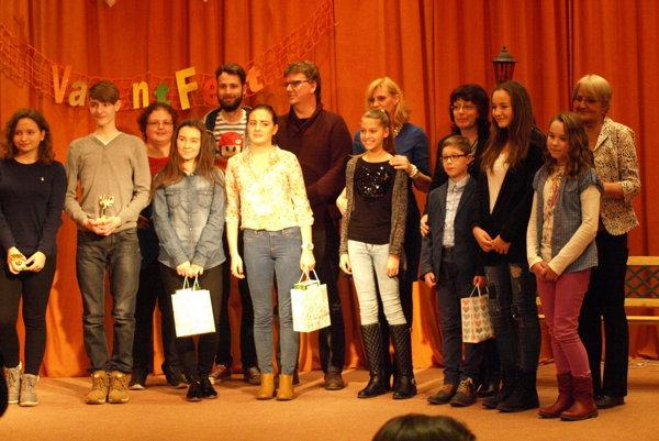 Najlepší speváci sa odfotili s porotcami a organizátormi súťaže.