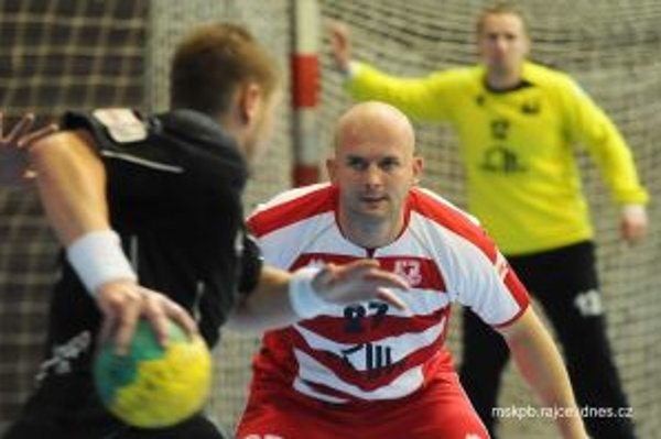 Hrajúci tréner Korňan (v červenom) sa spolu s brankárom Kovačinom tešili z výhry nad Košicami.
