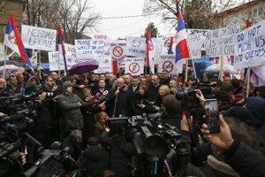 """Protestujúci na utorkovej demonštrácii niesli transparenty s nápismi """"Stop násiliu Prištiny"""" a """"Hanba Vám, nemáme kyslík."""" Nijaké incidenty neboli hlásené."""