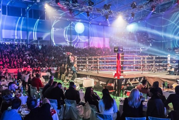 Boje v ringu sledovala zaplnená mestská hala.