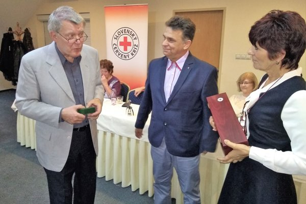 Rudolf Bubák (v strede) je vyše stonásobným darcom najcennejšej tekutiny. V žilách iných ľudí koluje 50 litrov jeho krvi.