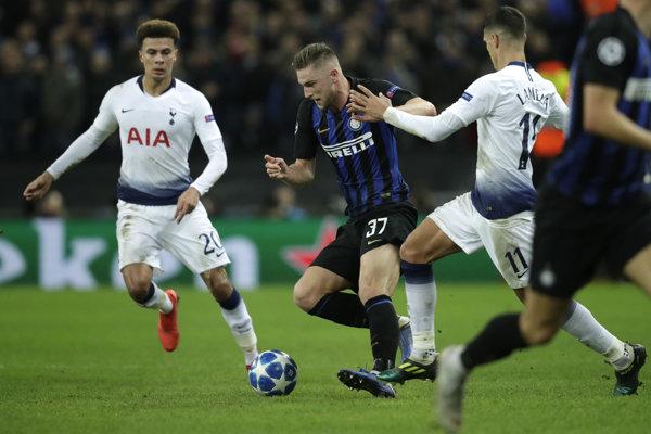 Milan Škriniar v súboji s Erikom Lamelom z Tottenhamu.