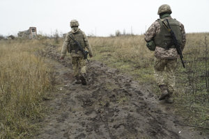 Ukrajinskí vojaci hliadkujú v oblasti neďaleko frontovej línie, kde prebiehajú boje s ruskými separatistami v meste Šyrokyne na východe Ukrajiny.