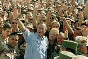 George Herbert Walker Bush v roku 1990 niekoľko mesiacov pred vojnou v Perzskom zálive navštívil amerických vojakov v Saudskej Arábii.