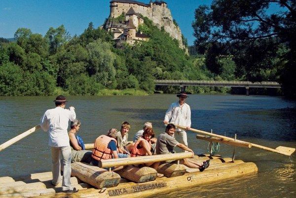 Jedným z atraktívnych lákadiel je pre zahraničných turistov plavba na pltiach pod Oravským hradom alebo po Dunajci.