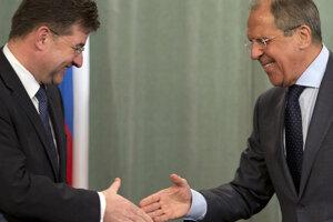 Minister zahraničných vecí Lajčák a jeho ruský partner Sergej Lavrov  po tlačovej konferencii v Moskve v pondelok 19. mája 2014.
