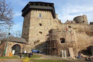 Na snímke zľava pôvodná vstupná brána Fiľakovského hradu, Bebekova bašta a rekonštruovaná malá delová bašta, ktorá bude v marci 2019 tretím zastrešeným objektom hradného areálu.