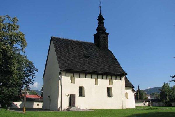 Na vzácny kostol svätého Štefana kráľa sa turisti pozerajú spoza plota.
