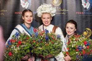 Miss folklór Veronika Lattáková, vľavo Romana Mačicová a vpravo Katarína Kalmárová.