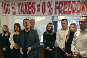 V Kosove sa srbskí poslanci zabarikádovali v parlamente na protest proti clám.