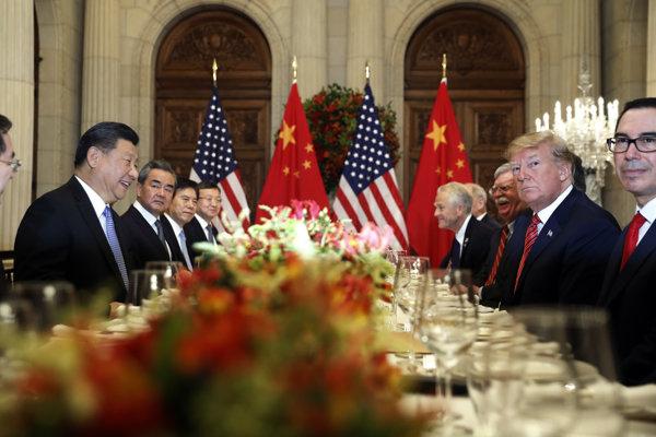 Najťažšiu časť rokovaní majú vraj ešte len pred sebou (na snímke čínsky a americký prezident počas summitu G20 v Argentíne).