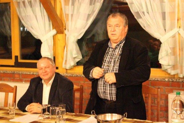 Žrebovanie tradične riadia Tibor Rábek (šéf firmy TIBI, vľavo) a Ladislav Kokeš, predseda futbalového klubu v Hornej Kráľovej.