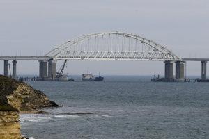 Kerčský most na polostrov Krym, v jeho blízkosti sa pohybuje ukrajjinské aj ruské loďstvo.