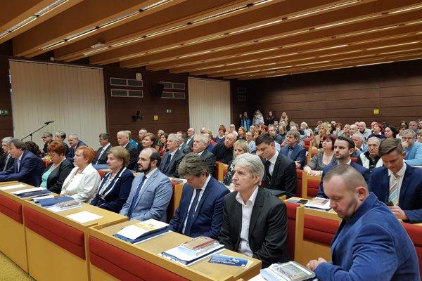 Nový poslanecký zbor sa dnes v Liptovskom Mikuláši zišiel prvý raz.