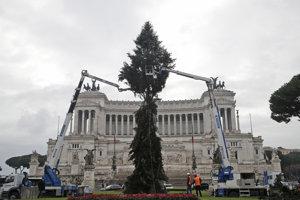 Dolámaný vianočný stromček na Benátskom námestí v Ríme.