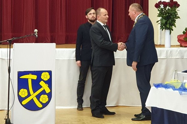 Novozvolený primátor Rožňavy Michal Domik (nezávislý) preberá funkciu z rúk končiaceho primátora Pavla Burdigu (vpravo) na ustanovujúcom zasadnutí mestského zastupiteľstva v Rožňave.