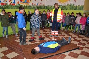 Jednou z úloh bolo pomôcť spolužiakovi so zlomenou nohou.