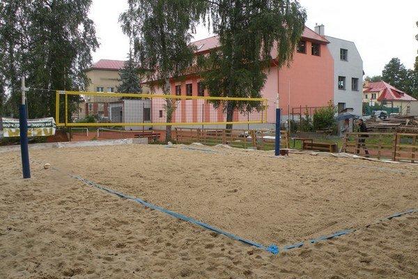 Plocha ihriska za hrádockou Sokolovňou je kvalitne vybavená