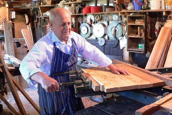 Jozef Taraba vyrobil unikátnu repliku olejkárskej skrinky podľa historickej predlohy.