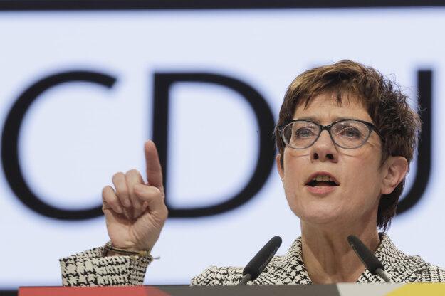 Annegret Kramp-Karrenbauerová nahradí Merkelovú na čele CDU.