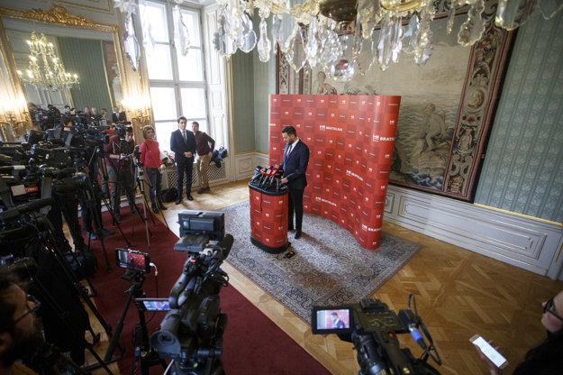 Matúš Vallo na prvom vystúpení pred novinármi ako primátor.