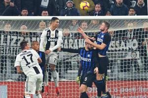 Cristiano Ronaldo (vľavo vo výskoku) a Milan Škriniar (vpravo vo výskoku) v hlavičkovom súboji.