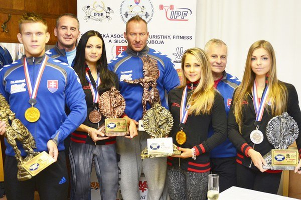 Liptovská fitneska Dominika Multáňová a tréner Ľubomír Hečko (druhý a tretia sprava).