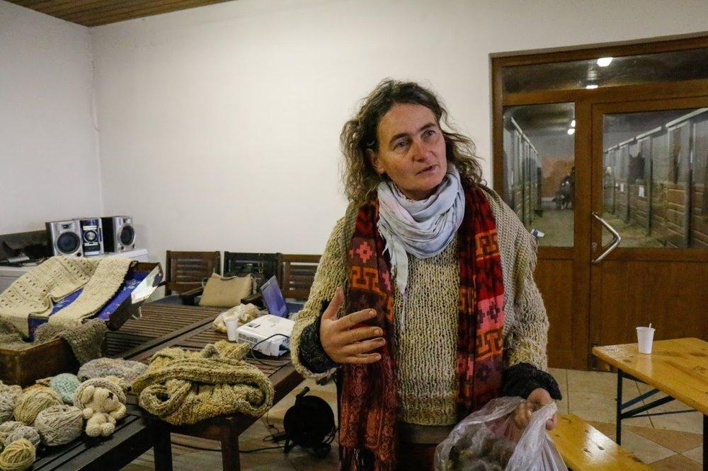 Marcela Nemcová z ekologickej farmy Devičany, kde sa rozhodla vlnu vlastnoručne spracúvať.