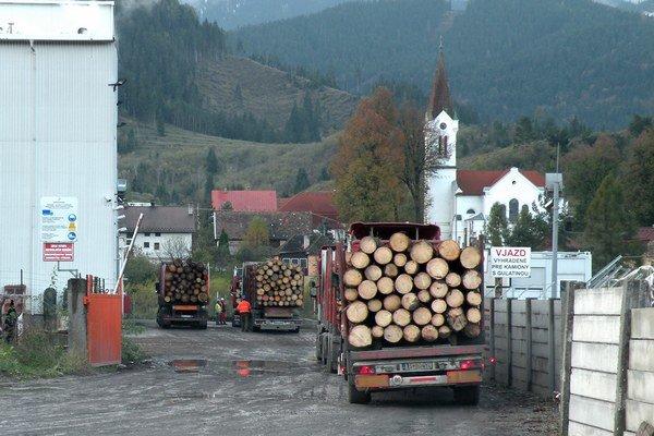 Aj keď nákladnú dopravu v Liptovskom Hrádku obmedzili dopravnými značkami, stále spôsobujú problémy