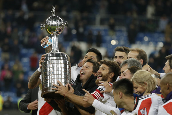 Tréner argentínskeho tímu River Plate Marcelo Gallardo so svojimi zverencami oslavujú s trofejou pre víťaza Pohára osloboditeľov.