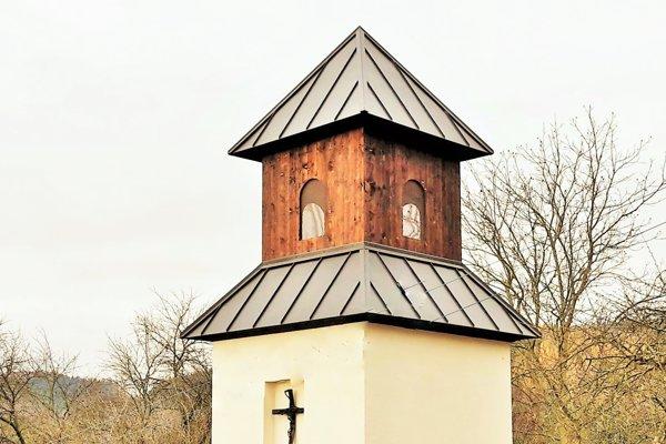 Nová zvonica je situovaná vhistorickom centre obce.