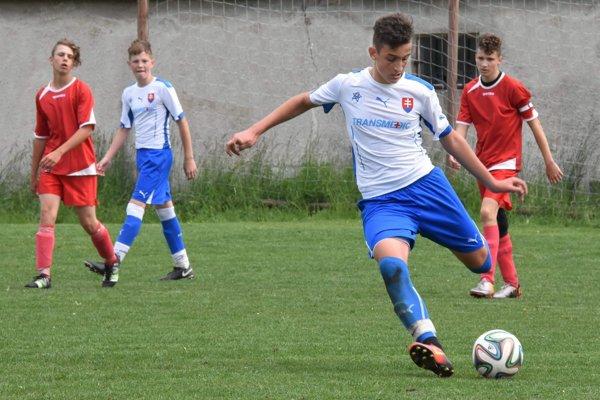 Pri lopte Filip Rovder, kapitán FK Čadca U15.