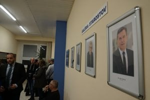 Na odchod Halenára a nástup nového starostu na KVP bolo zvedavých niekoľko desiatok ľudí.