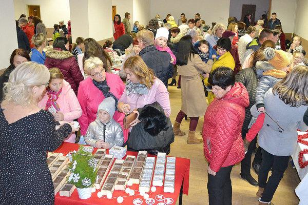 Do miestnej sály prišlo veľa výrobcov aj záujemcov o ich diela.