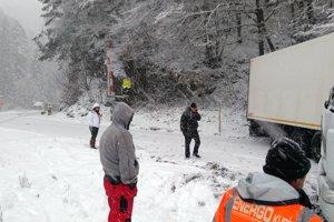 Kamión sa skrížil len pár metrov od železničného priecestia v Dierovej.