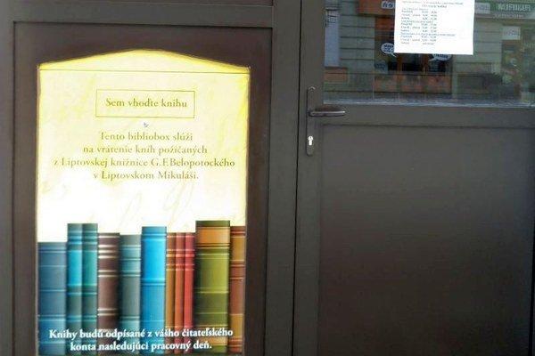 Knihy sa do neho dajú vrátiť nepretržite, pri vrátení sa nepoškodia.