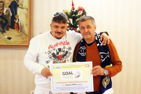 Marek Farkaš (vľavo) pri našom stretnutí priniesol Michalovi Čerymu aj pamätný šál z posledného finále Ligy majstrov.