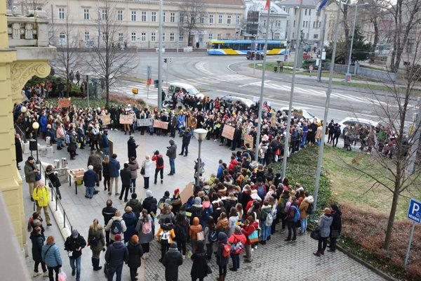 Študenti si prišli brániť školu. Občerstvenie aj pozvanie na rokovanie odmietli.