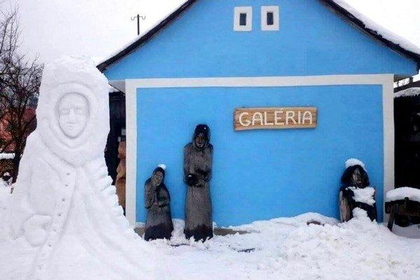 S prípravou snehovej kopy potrebuje umelec  pomoc, potom sa na rad dostáva už len rezbárova fantázia a šikovné ruky.