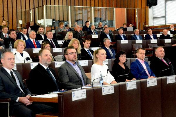 Priemerná mesačná odmena poslancov by mala byť 282 eur.