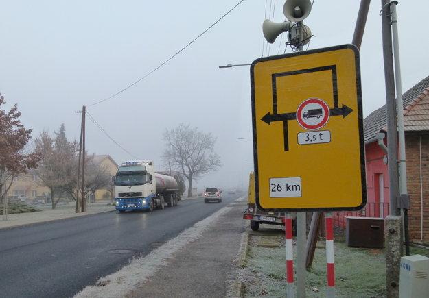 Obchádzková trasa, dlhá 26 km, sa začína v Kalnej nad Hronom.