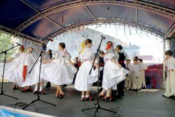 Na pódiu sa predstavili aj tanečníci z detských súborov.